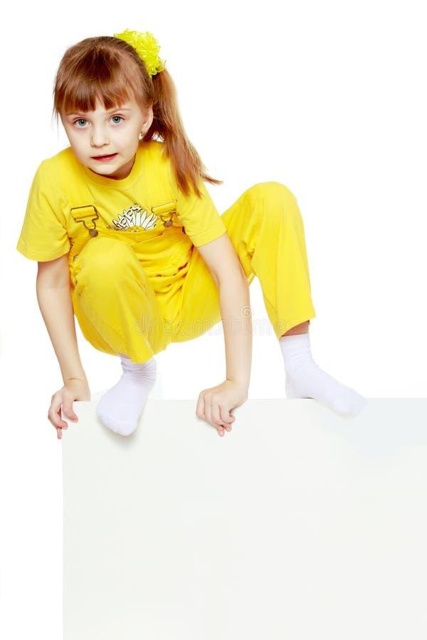 Ragazza con brevi colpi sui camici gialli capi e luminosi lei fotografie stock libere da diritti