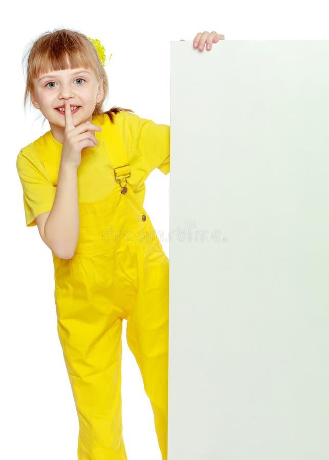 Ragazza con brevi colpi sui camici gialli capi e luminosi lei fotografia stock