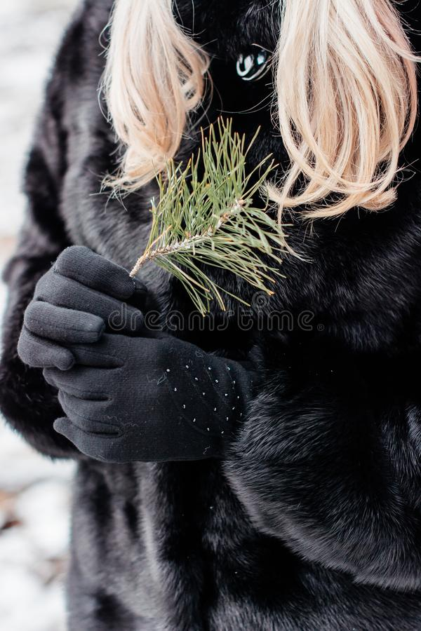 Ragazza con capelli biondi ed il cappotto nero immagine stock