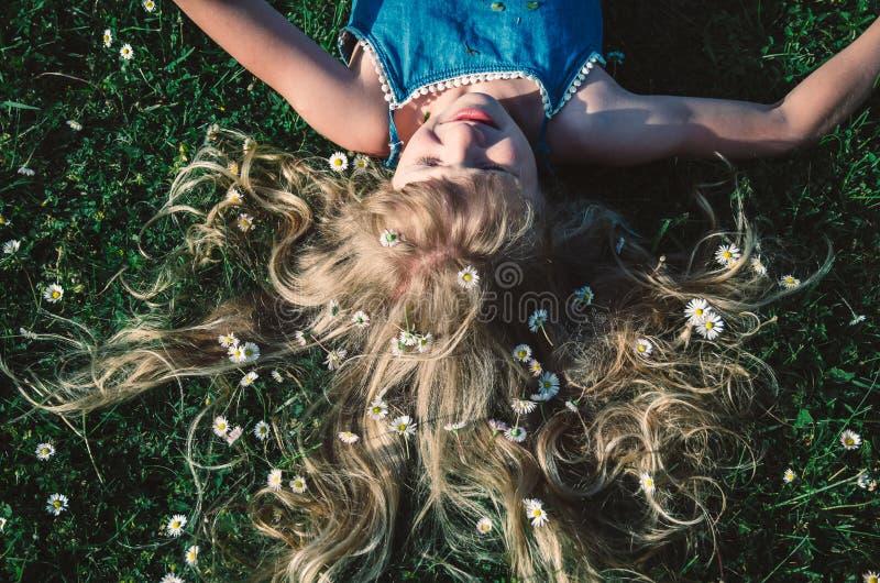 Ragazza con capelli biondi lunghi fotografia stock