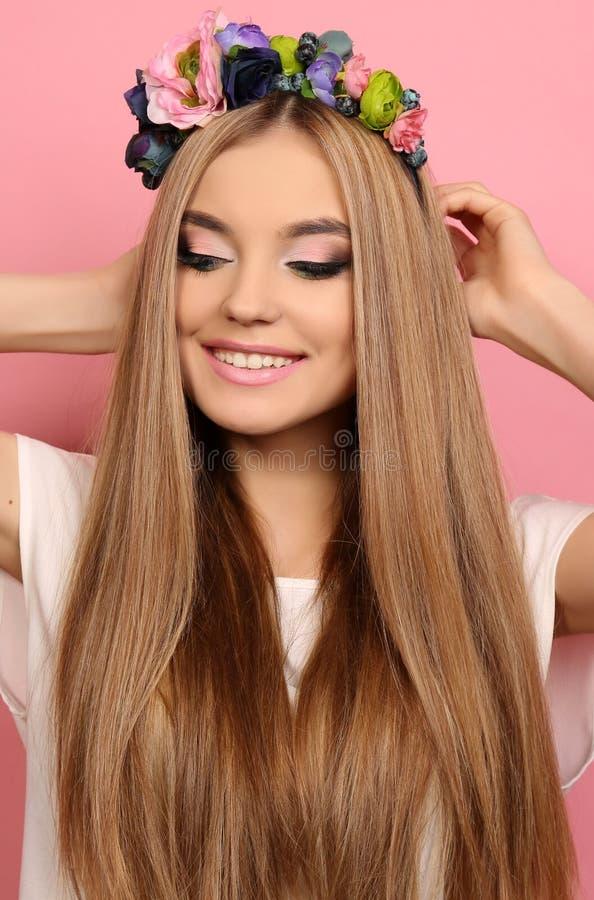 Ragazza con capelli biondi lunghi con la fascia del fiore elegante immagini stock