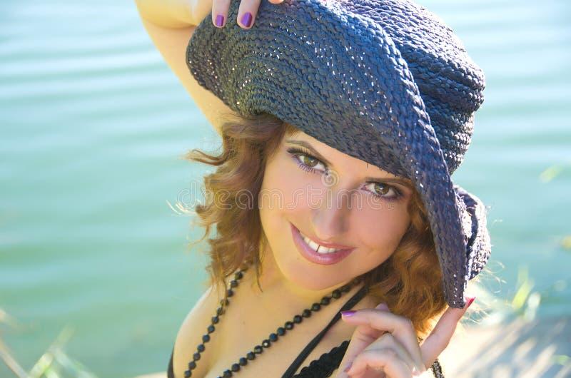 Ragazza con capelli ricci in un cappello viola fotografia stock libera da diritti
