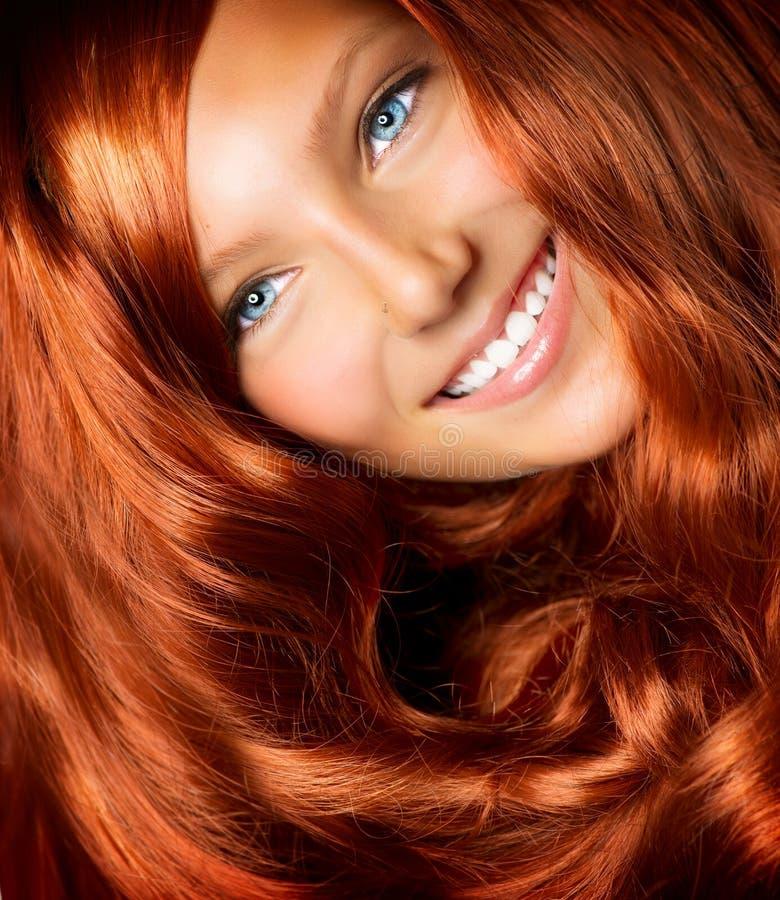 Ragazza con capelli rossi lunghi fotografia stock libera da diritti