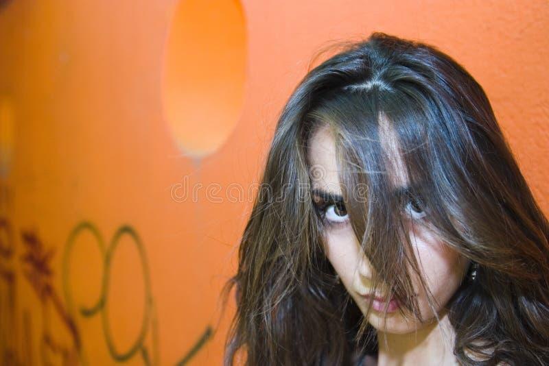 Ragazza con capelli sopra il fronte fotografia stock libera da diritti