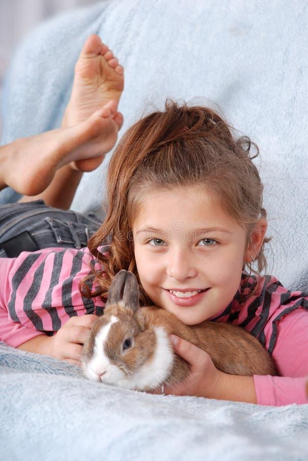 Ragazza con coniglio immagine stock