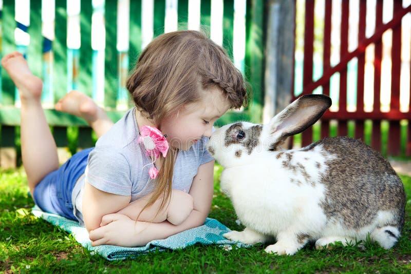 Ragazza con coniglio fotografie stock