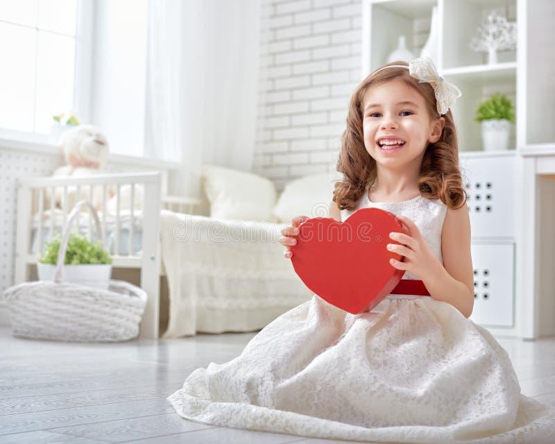 Ragazza con cuore rosso fotografia stock libera da diritti