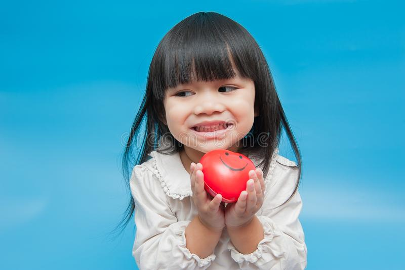 Ragazza, con cuore rosso a disposizione fotografia stock libera da diritti