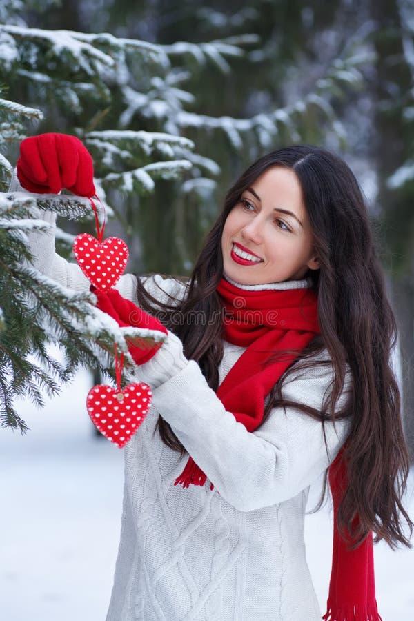 Ragazza con cuore rosso nell'inverno all'aperto fotografie stock