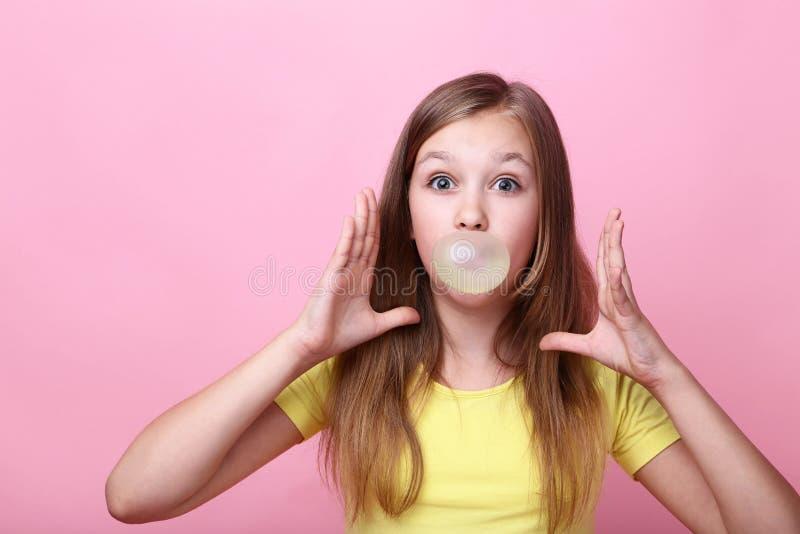 Ragazza con di gomma da masticare isolato fotografia stock libera da diritti