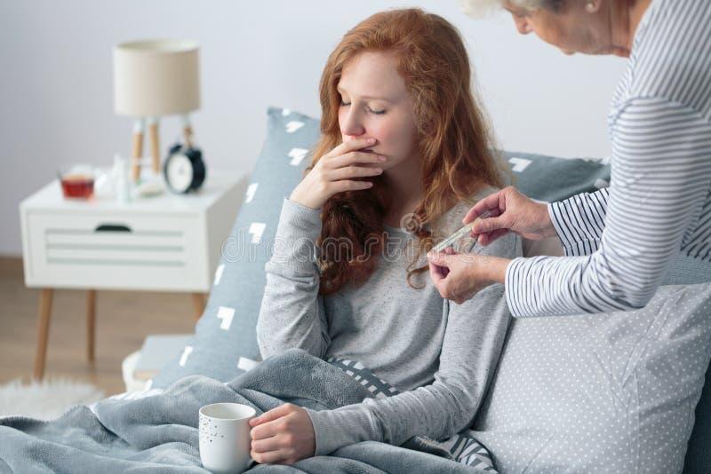Ragazza con febbre a letto immagine stock libera da diritti