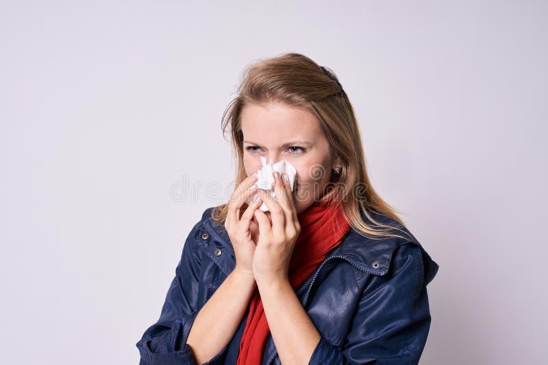 Ragazza con freddo Cattiva sensibilità Fondo leggero fotografie stock libere da diritti