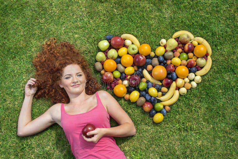 Ragazza con frutta fotografie stock libere da diritti