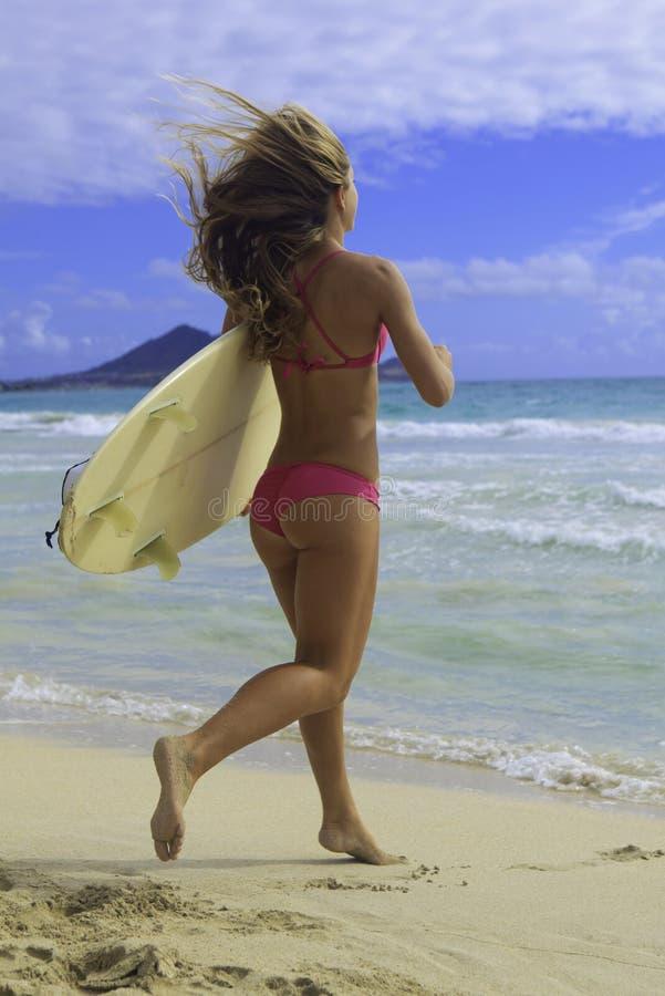 Ragazza con funzionamento del surf fotografia stock libera da diritti
