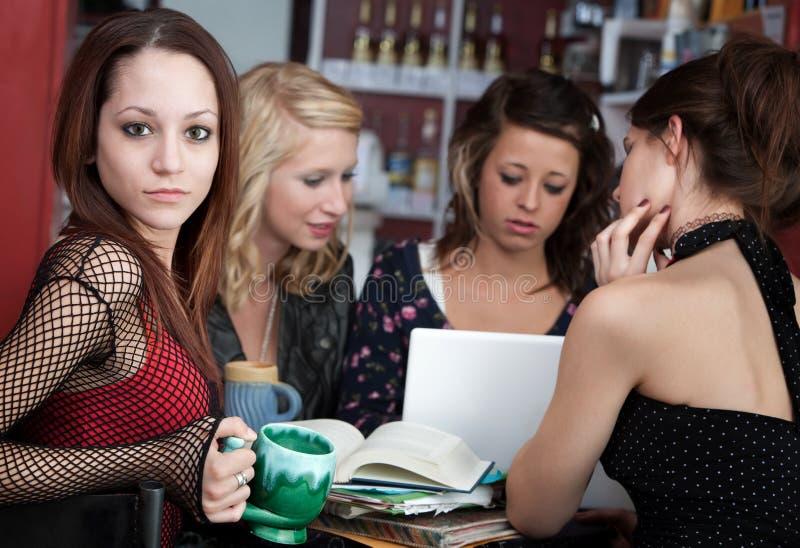Ragazza con gli amici in un caffè fotografie stock libere da diritti
