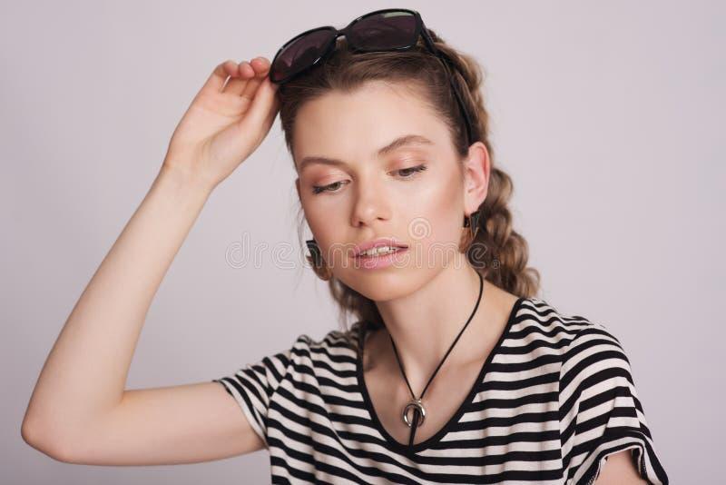 Ragazza con gli occhiali da sole immagine stock
