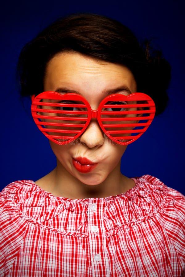 Ragazza con gli occhiali da sole divertenti fotografia stock