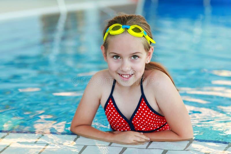 Ragazza con gli occhiali di protezione nella piscina fotografie stock libere da diritti