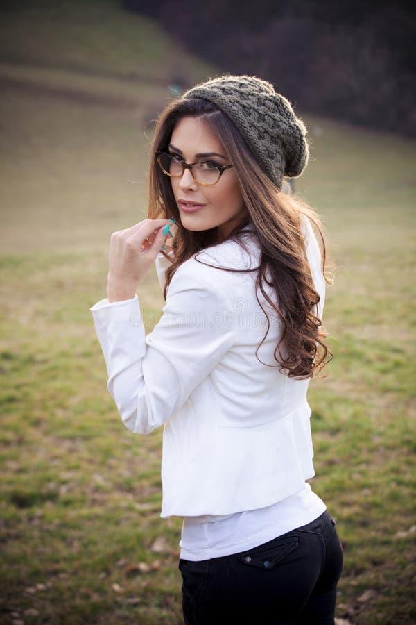 Ragazza con gli occhiali ed il cappuccio del wooll fotografia stock libera da diritti