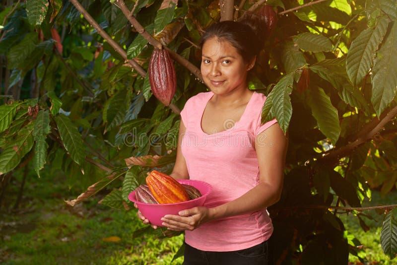 Ragazza con i baccelli crudi freschi del cacao fotografia stock libera da diritti