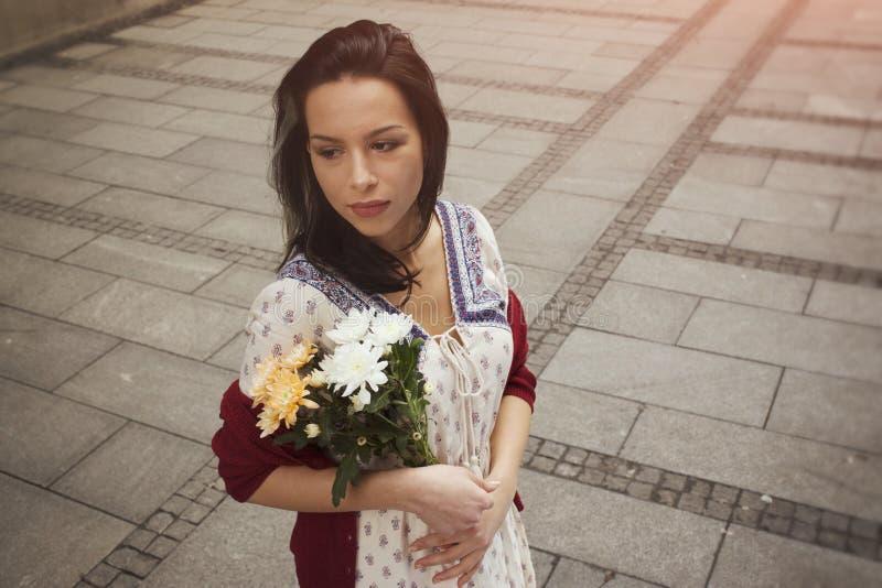 Ragazza con i fiori fotografia stock libera da diritti