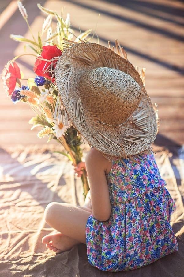 Ragazza con i fiori fotografie stock libere da diritti