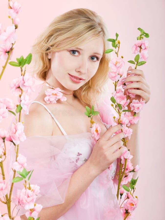Ragazza con i fiori dentellare fotografia stock