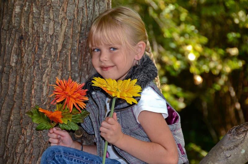 Ragazza con i fiori di caduta fotografia stock libera da diritti
