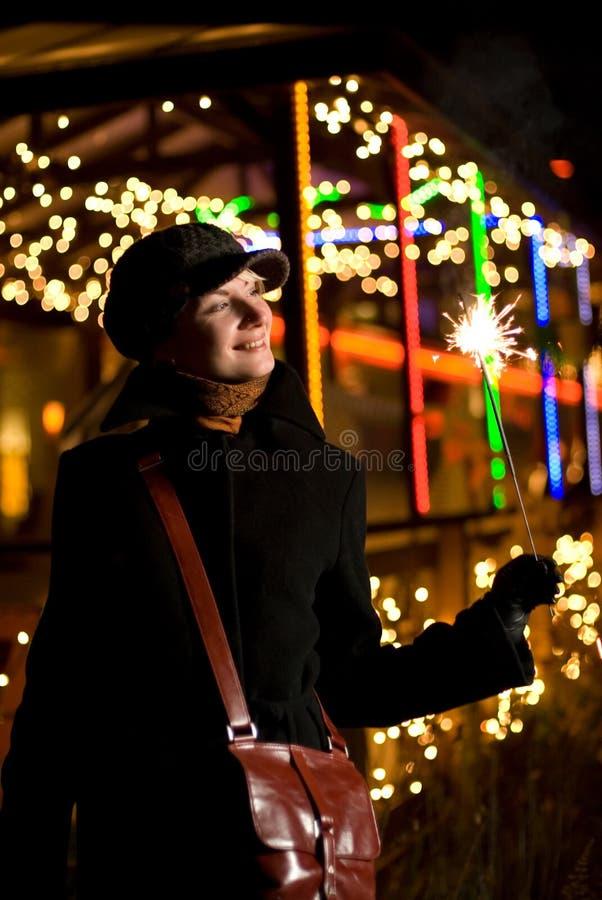 Ragazza con i fuochi d'artificio di natale fotografie stock