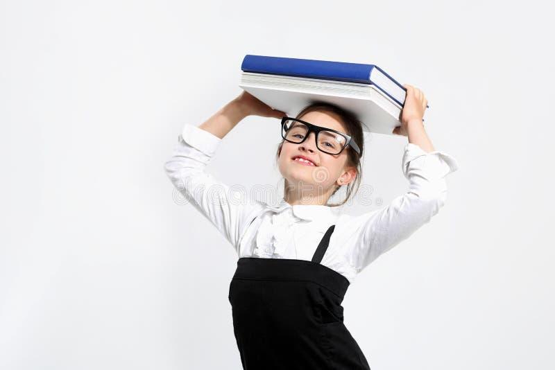 Ragazza con i libri sulla sua testa fotografia stock