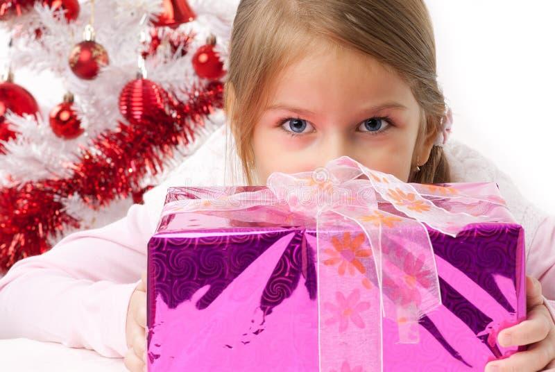 Ragazza con i presente dentellare, un albero di Natale bianco immagini stock