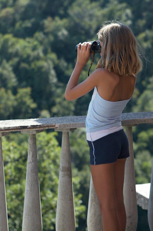 Ragazza con il binocolo fotografia stock libera da diritti