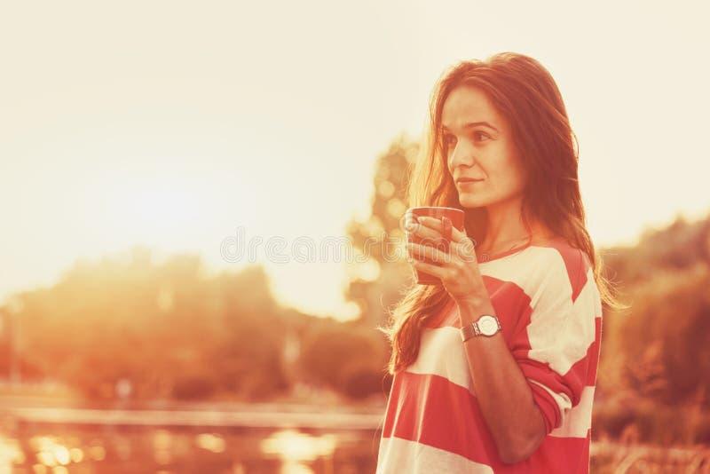 Ragazza con il caffè di mattina immagine stock libera da diritti