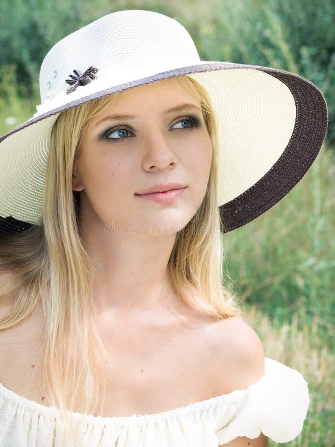 Ragazza con il cappello di paglia fotografia stock