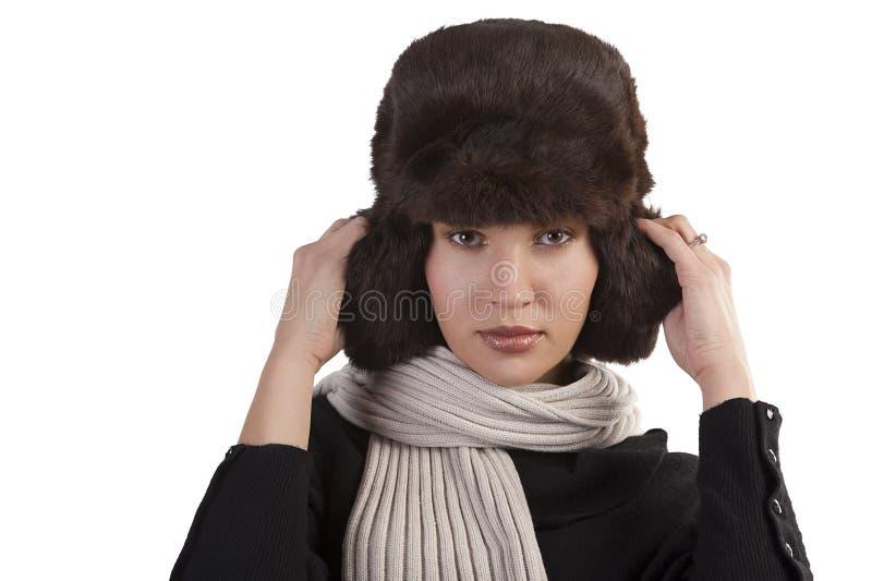 Ragazza con il cappello di pelliccia e con la sciarpa fotografia stock