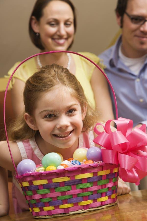 Ragazza con il cestino di Pasqua. fotografia stock libera da diritti