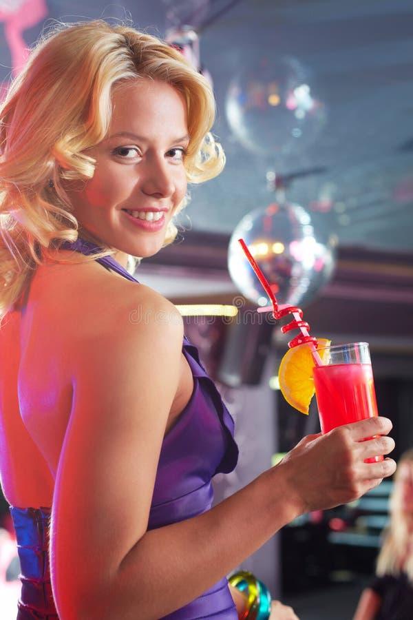 Ragazza con il cocktail fotografia stock