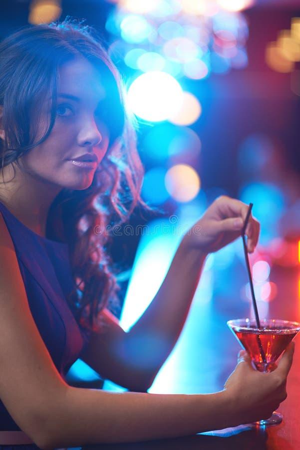 ragazza con il cocktail immagini stock libere da diritti