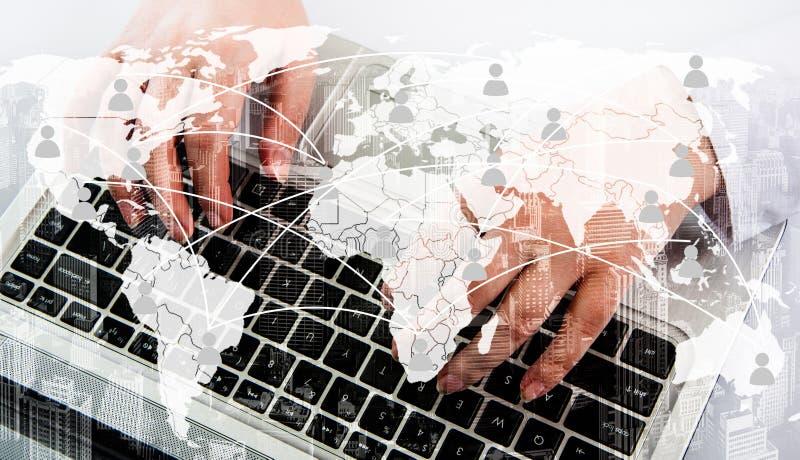 Ragazza con il computer portatile Il concetto della comunicazione virtuale sulla mappa immagini stock