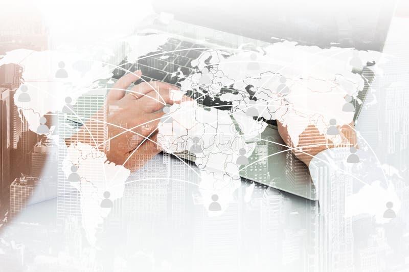 Ragazza con il computer portatile Il concetto della comunicazione virtuale sulla mappa immagine stock