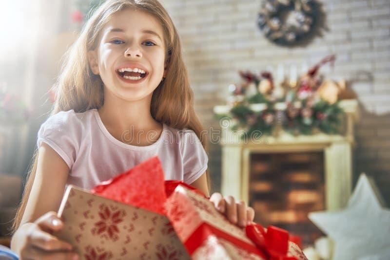 Ragazza con il contenitore di regalo attuale immagini stock