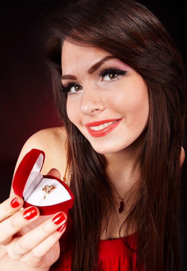 Ragazza con il contenitore di regalo dei monili. Giorno dei biglietti di S. Valentino. immagine stock libera da diritti