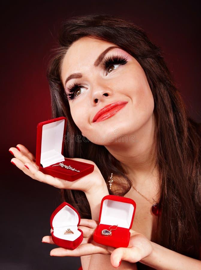 Ragazza con il contenitore di regalo dei monili. Giorno dei biglietti di S. Valentino. fotografia stock libera da diritti