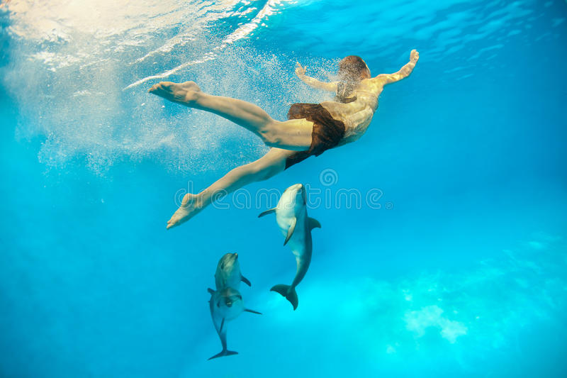 Ragazza con il delfino immagine stock