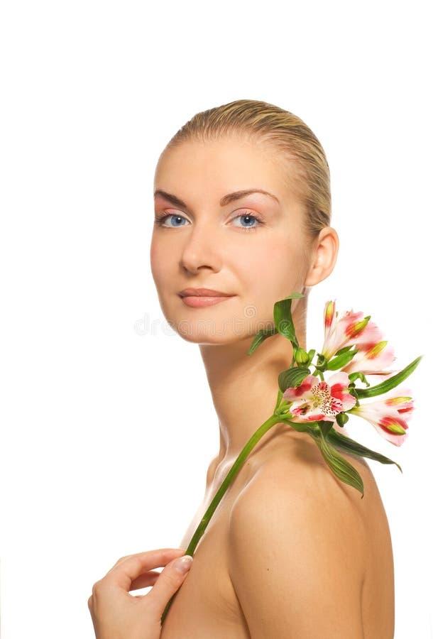 Ragazza con il fiore fresco fotografia stock libera da diritti