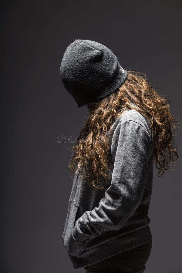 Ragazza con il fronte coperto triste fotografia stock libera da diritti