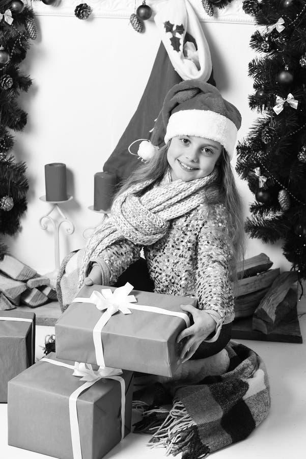 Ragazza con il fronte grazioso su fondo bianco Concetto dei regali di Natale fotografia stock