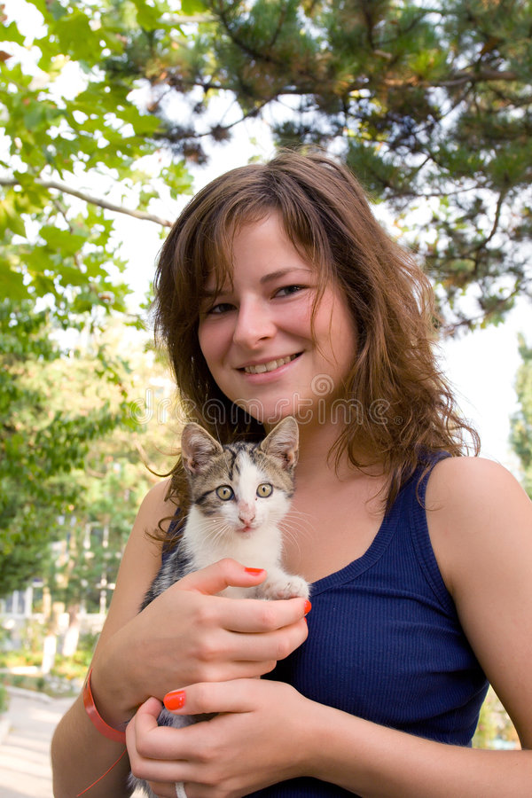 Ragazza con il gattino in sue mani fotografia stock