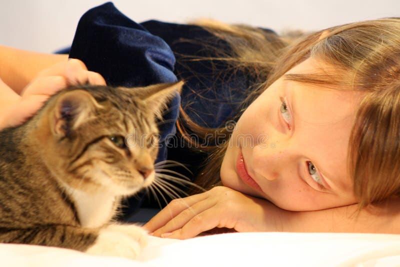 Ragazza con il gatto. fotografia stock