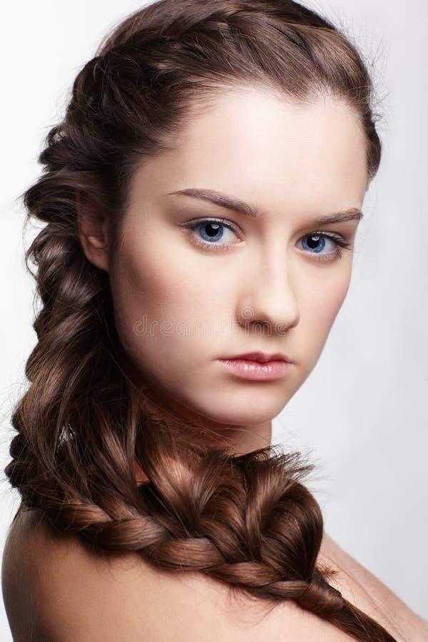 Ragazza con il hair-do creativo immagine stock